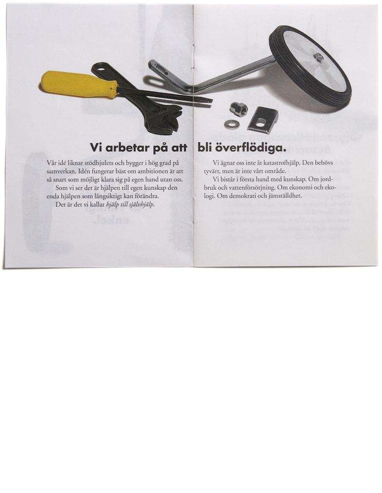 """Uppslag ur broschyren """"Vär biståndsidé är väldigt enkel."""" för Utan Gränser"""