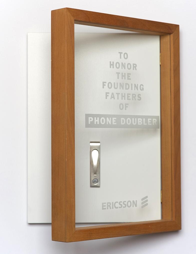 Diplomskåp med slipsnål i silver, för Ericsson